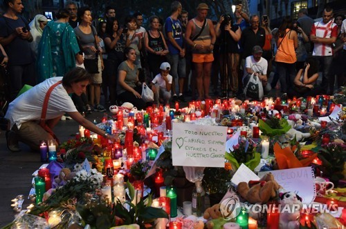 People mourn victims of the vehicle attack by terrorists on Friday in Barcelona (Yonhap)