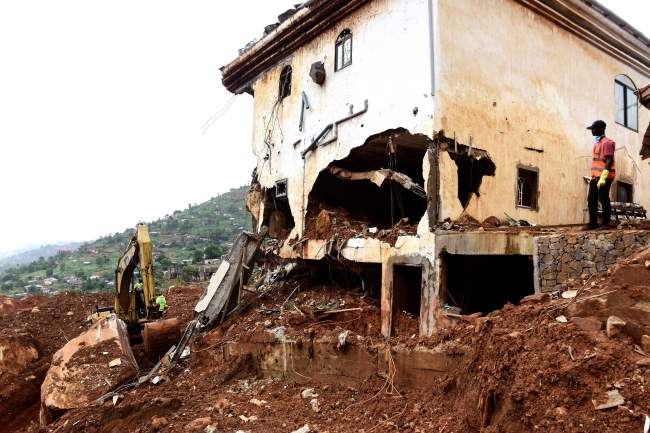 The death toll from the mudslide on August 14, 2017, and flooding that struck Sierra Leone's capital Freetown has reached 441, with around 600 others listed as missing the government said on August 19. (AFP-Yonhap)