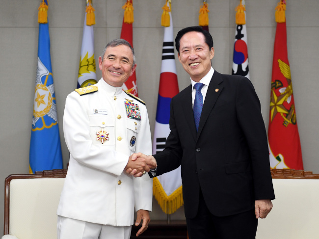 US Pacific Commander Adm. Harry Harris(left) and South Korea`s Defense Minister Song Young-moo. Yonhap.