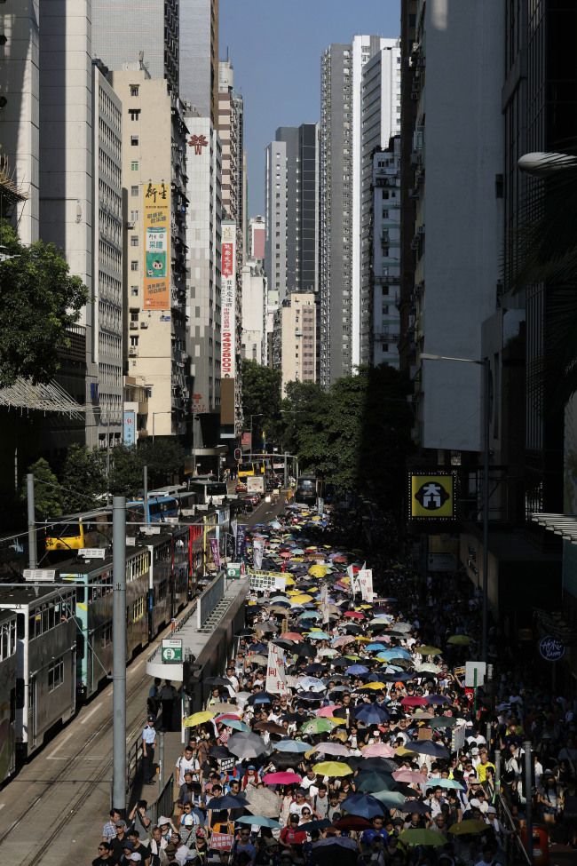 Thousands of protesters raise umbrellas during a rally to support young activists Joshua Wong, Nathan Law and Alex Chow in downtown Hong Kong Sunday, Aug. 20, 2017. (AP-Yonhap)