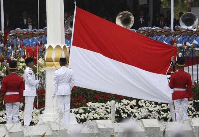 In this Aug. 17, 2017 file photo, flag bearers hoist the national red and white flag during a ceremony marking the 72nd anniversary of the country's Independence, at Merdeka Palace in Jakarta. (AP-Yonhap)