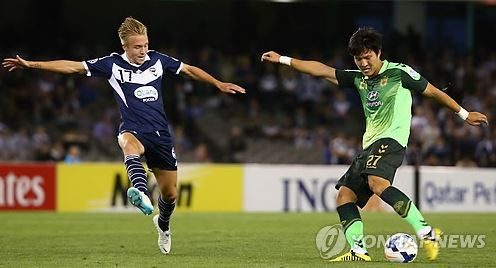 In this file photo taken on March 12, 2014, Kwon Kyung-won of Jeonbuk Hyundai Motors (R) takes a shot against Melbourne Victory during their Asian Football Confederation Champions League group match at Docklands Stadium in Melbourne. Kwon is currently playing for Tianjin Quanjin in China. (Yonhap)