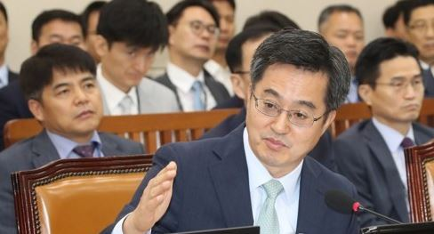 Finance Minister Kim Dong-yeon speaks during the parliamentary Special Committee on Budget and Accounts session on Aug. 23, 2017. (Yonhap)