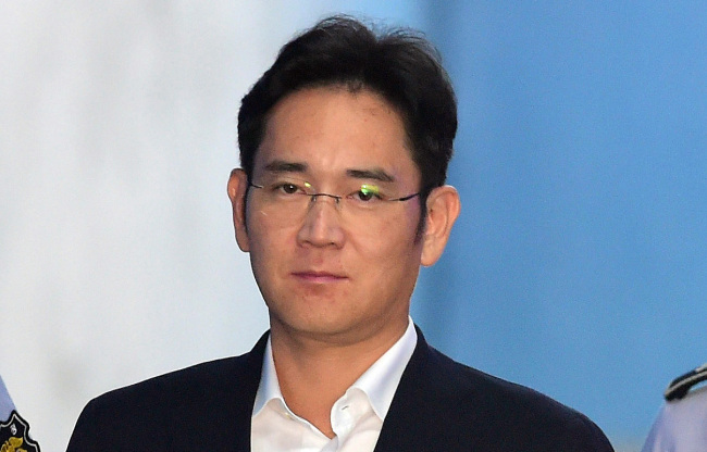 Samsung Electronics Vice Chairman Lee Jae-yong enters the Seoul Central District Court in Seocho-gu, Seoul, to hear his verdict Friday. (Yonhap)