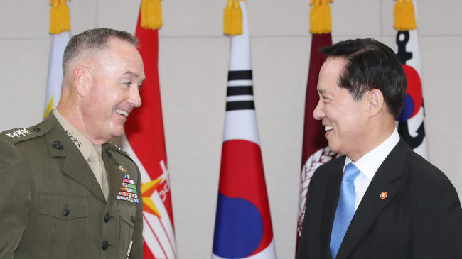 Defense Minister Song Young-moo (right) speaks with US Joint Chiefs of Staff chairman Joseph Dunford during their meeting in Seoul on Aug. 14. (Yonhap)