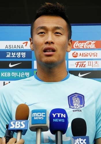 South Korean striker Kim Shin-wook speaks to reporters before training at the National Football Center in Paju, north of Seoul, on Aug. 25, 2017. (Yonhap)
