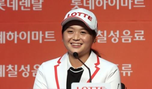 South Korean golfer Choi Hye-jin speaks at a press conference after signing an endorsement deal with Lotte Group in Seoul on Aug. 28, 2017. (Yonhap)