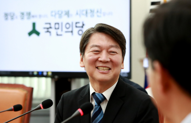 Newly elected Chairman Ahn Cheol-soo of the People's Party speaks at the party's Supreme Council meeting at the National Assembly in Yeouido, Seoul, Monday. (Yonhap)