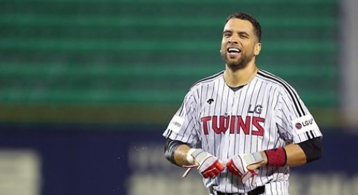 In this file photo provided by the LG Twins, James Loney of the Twins celebrates his walk-off hit against the KT Wiz in the clubs` Korea Baseball Organization game at Jamsil Stadium in Seoul. Loney has left the Twins, which placed him on the voluntarily retired list on Aug. 29, 2017. (Yonhap)