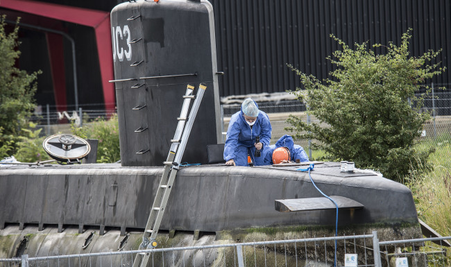 This is a Monday Aug. 14, 2017 file photo of police technicians on board the home-made submarine UC3 Nautilus on a pier in Copenhagen harbour, Denmark to conduct forensic probes in connection with a missing journalist investigation. (AP-Yonhap)