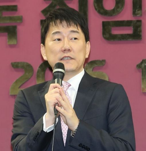 In this file photo taken on Oct. 31, 2016, Lee Chang-suk, the owner of the Nexen Heroes, speaks at an event in Seoul. (Yonhap)