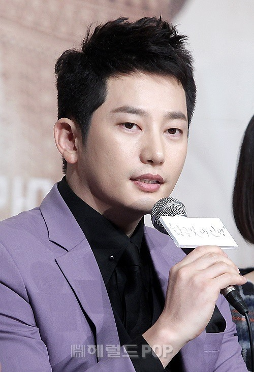 """Actor Park Si-hoo speaks at a press conference for KBS' new drama series """"My Golden Life"""" in Yeongdeungpo, Seoul, Tuesday (Herald DB)"""