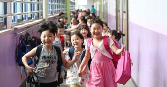 First-year students are jubilant at Myeongil Elementary School in Seoul`s Gangdong Ward on July 14, 2017, as this year`s summer vacation starts. (Yonhap)