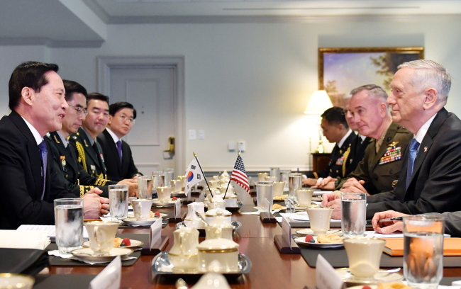 South Korea`s Defense Minister Song Young-moo(far left) meets with with US Defense Secretary Jim Mattis (far right) at the Pentagon on Thursday. (Yonhap)