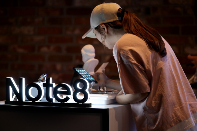 A visitor tries the Galaxy Note 8 at the Galaxy Studio in Yongsan, Seoul. Yonhap