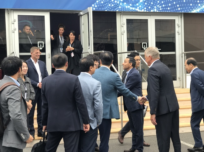 Harman CEO Denish Paliwal, Samsung Electronics CEO Yoon Boo-keun and other executives shake hands after a meeting at Harman exhibition venue of Messe Berlin at IFA 2017. (Song Su-hyun /The Korea Herald)