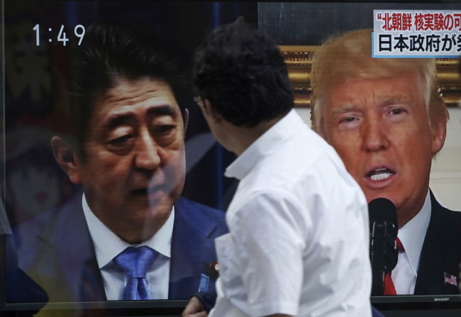 Japanese Prime Minister Shinzo Abe (left) and US President Donald Trump (Yonhap)