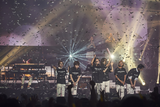 "Singers from Antenna Music performs at ""With, Antenna"" held at Jamsil Arena, Seoul. (Antenna Music)"