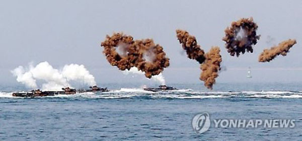 Armored amphibious vehicles move toward a beach amid a smoke screen off a beach in Incheon on Sept. 8, 2016, as South Korean and US Marines reenact the Incheon Landing Operation to observe its 66th anniversary. (Yonhap)