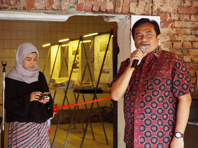 """Indonesian Ambassador to Korea Umar Hadi (right) speaks at the exhibition """"Architecture and the City: Indonesian architects and their responses, approaches and processes"""" at studio Haenghwatang in Seoul on Saturday. (Joel Lee/The Korea Herald)"""