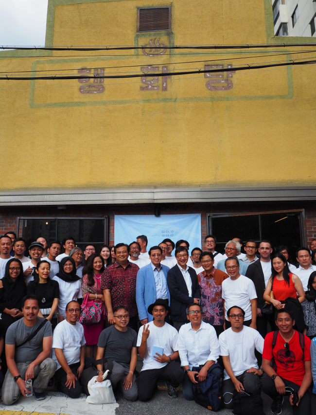 """Indonesian architects, diplomats and journalists pose at the exhibition """"Architecture and the City: Indonesian architects and their responses, approaches and processes"""" at studio Haenghwatang in Seoul on Saturday. (Joel Lee/The Korea Herald)"""