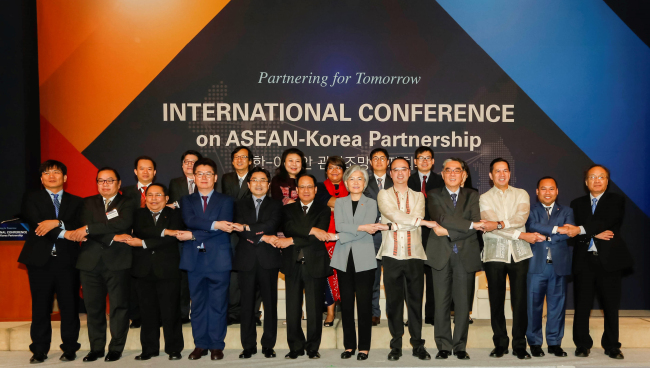 Leading diplomats and scholars representing the Association of Southeast Asian Nations and Korea pose at an international conference marking the 50th anniversary of ASEAN at Lotte Hotel in Seoul on Wednesday. (ASEAN-Korea Center)