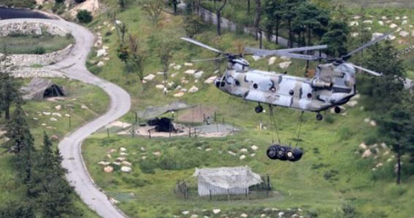A US military chopper delivers a supply of goods to the THAAD base in Seongju, North Gyeongsang Province, on Sept. 2, 2017. (Yonhap)