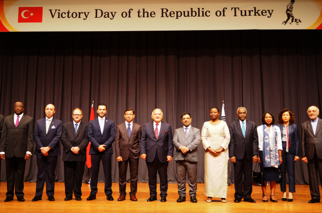 Ambassadors at the Turkish Victory Day reception in Seoul on Aug. 30 (Joel Lee/The Korea Herald)