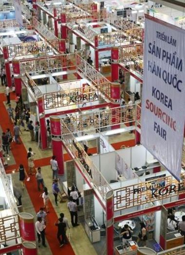 A file photo of South Korean companies operating booths at a product fair in Ho Chi Minh City, Vietnam, on Nov. 5, 2015. (Yonhap)