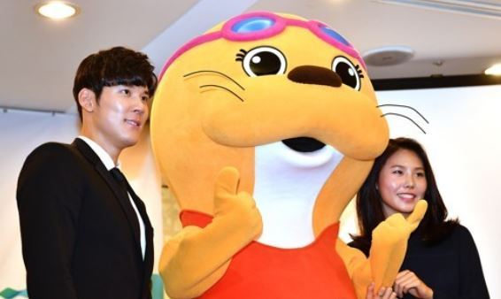 South Korean swimmers Park Tae-hwan (L) and An Se-hyeon (R) pose with a mascot for the 2019 FINA World Aquatics Championships in Gwangju after being named the competition`s honorary ambassadors in a ceremony in Seoul on Sept. 6, 2017. (Yonhap)