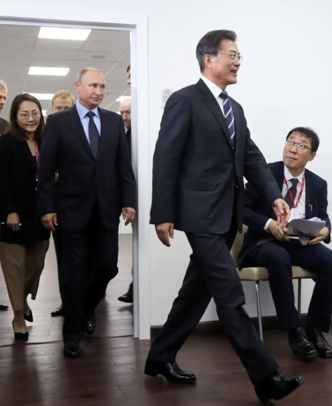 President Moon Jae-in and President Vladimir Putin enters the summit venue inside Far Eastern Federal University Wendesday. (Yonhap)