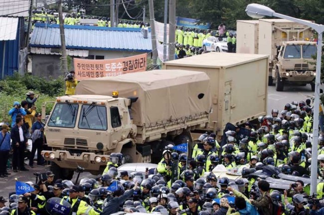 Anti-THAAD protesters block the way (Yonhap)