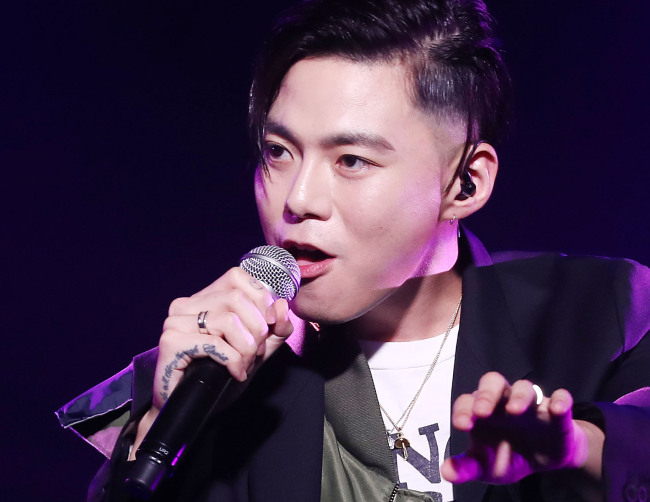 "G.Soul sings during a media showcase for his new EP ""Circles"" in Seoul on Thursday. (Yonhap)"