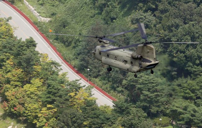 A US chopper flies above the Seongju military base (Yonhap)