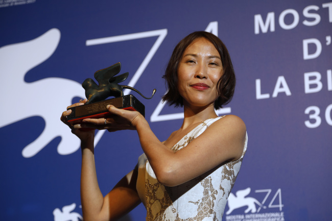 Gina Kim holds the prize for best virtual reality story during the 74th Venice Film Festival at Venice Lido in Italy, Saturday. (AP-Yonhap)