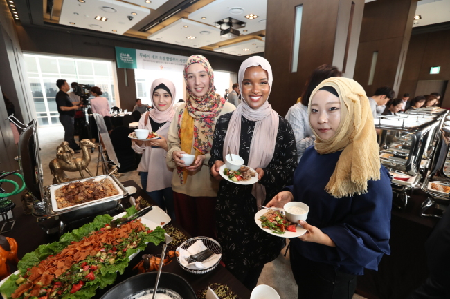 Muslim bloggers in Korea try halal food at a hotel in Seoul on Thursday during an event organized by the Korea Tourism Organization as part of its Halal Restaurant Week. (KTO)