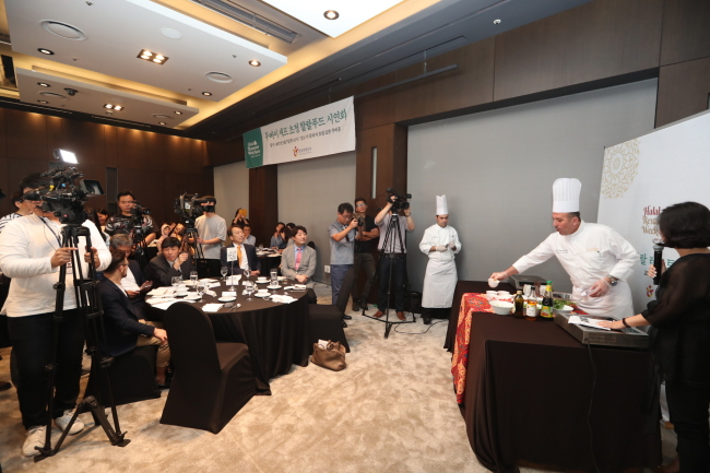 Bahzad Mohammad Barafi, executive oriental chef at Madinat Jumeirah in the United Arab Emirates, demonstrates the preparation of halal food at a hotel in Seoul on Thursday. (KTO)