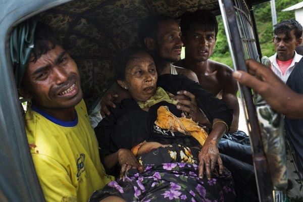 An injured elderly woman and her relatives rush to a hospital on an autorickshaw, near the border town of Kutupalong, Bangladesh, Monday, Sept. 4, 2017. The Rohingya woman encountered a landmine that blew off the right leg while trying to cross into Bangladesh. (AP)