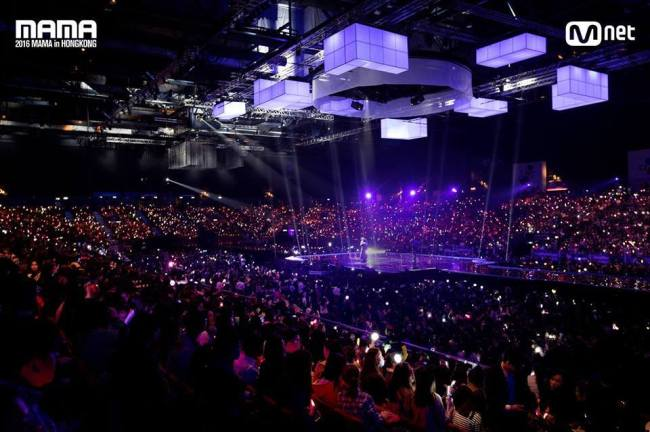 The audience cheers at the 2016 MAMA held at Asia-World Expo Arena in Hong Kong on Dec. 2, 2016 (CJ E&M)