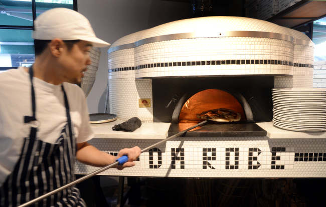 At Darobe, Napoli-style pies are crafted from dough that has been fermented for 40 hours before being baked in an oak-burning oak. (Photo credit: Park Hyun-koo/The Korea Herald)