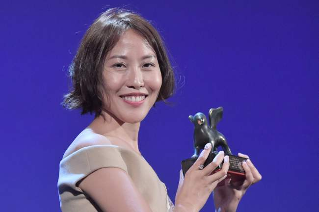"""Gina Kim poses with the Best Virtual Reality award for her movie """"Bloodless"""" during the award ceremony of the 74th Venice Film Festival on Sept. 9 at Venice Lido. (AFP-Yonhap)"""