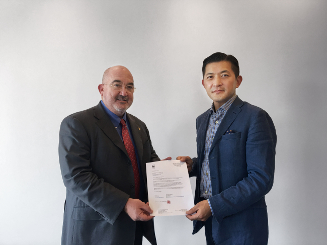 Herald corp chairman appointed to wwf board jungwook hong right chairman of herald corp receives a letter of appointment from jean paul paddack co chairman of wwf korea at the companys thecheapjerseys Image collections