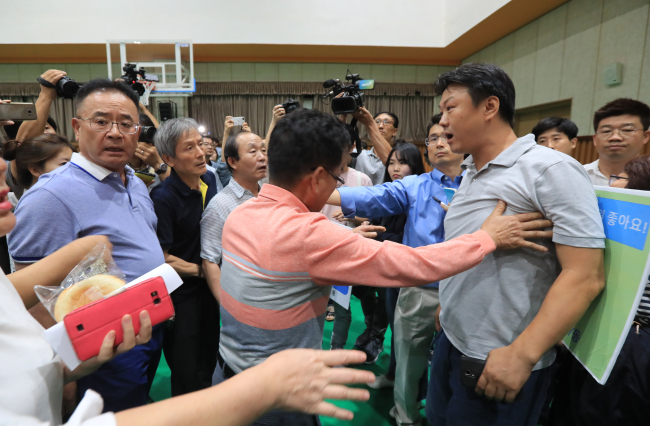 Protesters argue at a forum held on Sept. 5 to gather opinions on the planned establishment of a special school in Gangseo-gu, western Seoul. Advocates of the plan clashed with local residents who have demanded its cancellation, saying a state-run medical center should be built at the project site instead. (Yonhap)