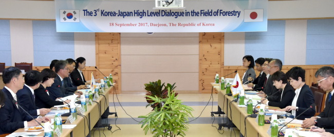 A third high-level meeting of South Korea and Japan forestry officials, attended by Korea Forest Service Minister Kim Jae-hyun (fourth from left) and Japan's Forestry Agency Director General Shuji Oki (fourth from right), takes place Monday in Daejeon. (Korea Forest Service)