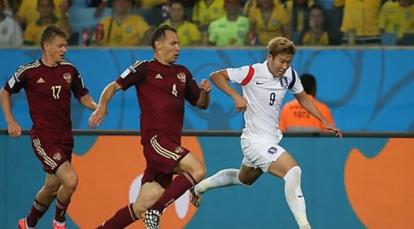 In this file photo taken on June 17, 2014, South Korea`s Son Heung-min (R) dribbles past Russian defenders during the 2014 FIFA World Cup Group H match between South Korea and Russia at Arena Pantanal in Cuiaba, Brazil. (Yonhap)