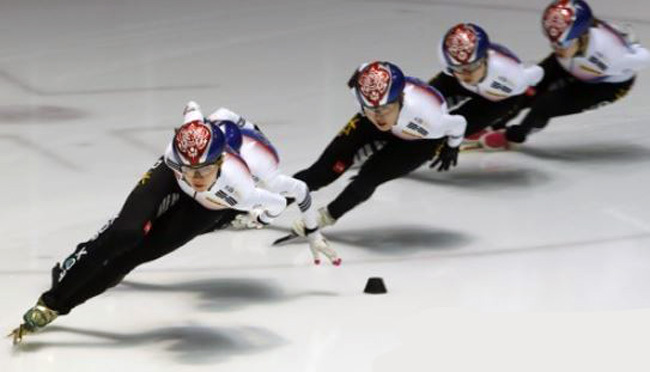 South Korean short track speed skater Shim Suk-hee skates at the head of the pack during an open practice session at the National Training Center in Seoul on Sept. 18, 2017. (Yonhap)