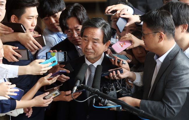 Ha Seong-yong, former CEO of the Korea Aerospace Industries Co., is surrounded by reporters after arriving at the Seoul Central District Prosecutors` Office to face questioning over massive corruption and fraud at the company on Sept. 19, 2017. (Yonhap)