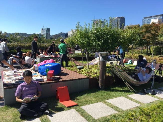 Citizens enjoy outdoor activities on the rooftop garden of the Seoul Metropolitan Library on Wednesday. (Kim Da-sol/The Korea Herald)