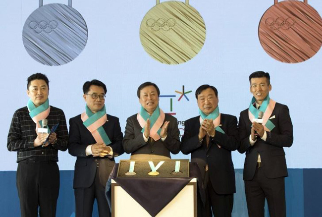 Medals to be awarded at the 2018 PyeongChang Winter Olympics are presented at a ceremony in Seoul on Sept. 21, 2017. From left: TV personality Jung Chan-woo, an honorary ambassador for PyeongChang 2018; Song Seok-du, governor of administrative affairs for Gangwon Province; Do Jong-hwan, minister of culture, sports and tourism; Lee Hee-beom, head of the 2018 PyeongChang Winter Olympics organizing committee; and Sean, South Korean recording artist and an honorary ambassador for PyeongChang 2018. (Yonhap)