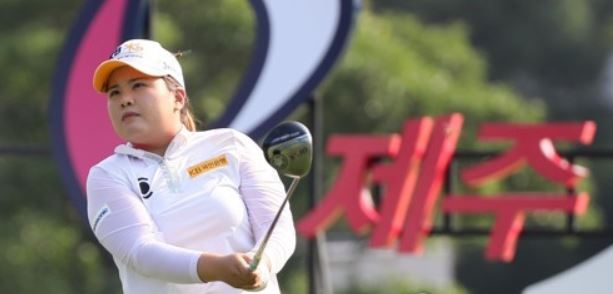 In this file photo taken on Aug. 11, 2017, South Korean golfer Park In-bee watches her tee shot at the 10th hole during the first round of the Jeju Samdasoo Masters on the Korea LPGA Tour at the Ora course on Jeju Island. (Yonhap)